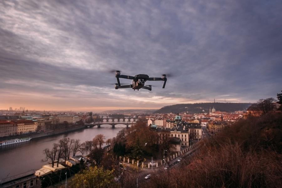 Problém v rozvoji autonomních dronních asistentů ale stále ještě představují zákony. Ty totiž zakazují autonomní řízení bezpilotních prostředků a dron musí zatím vždy ovládat člověk