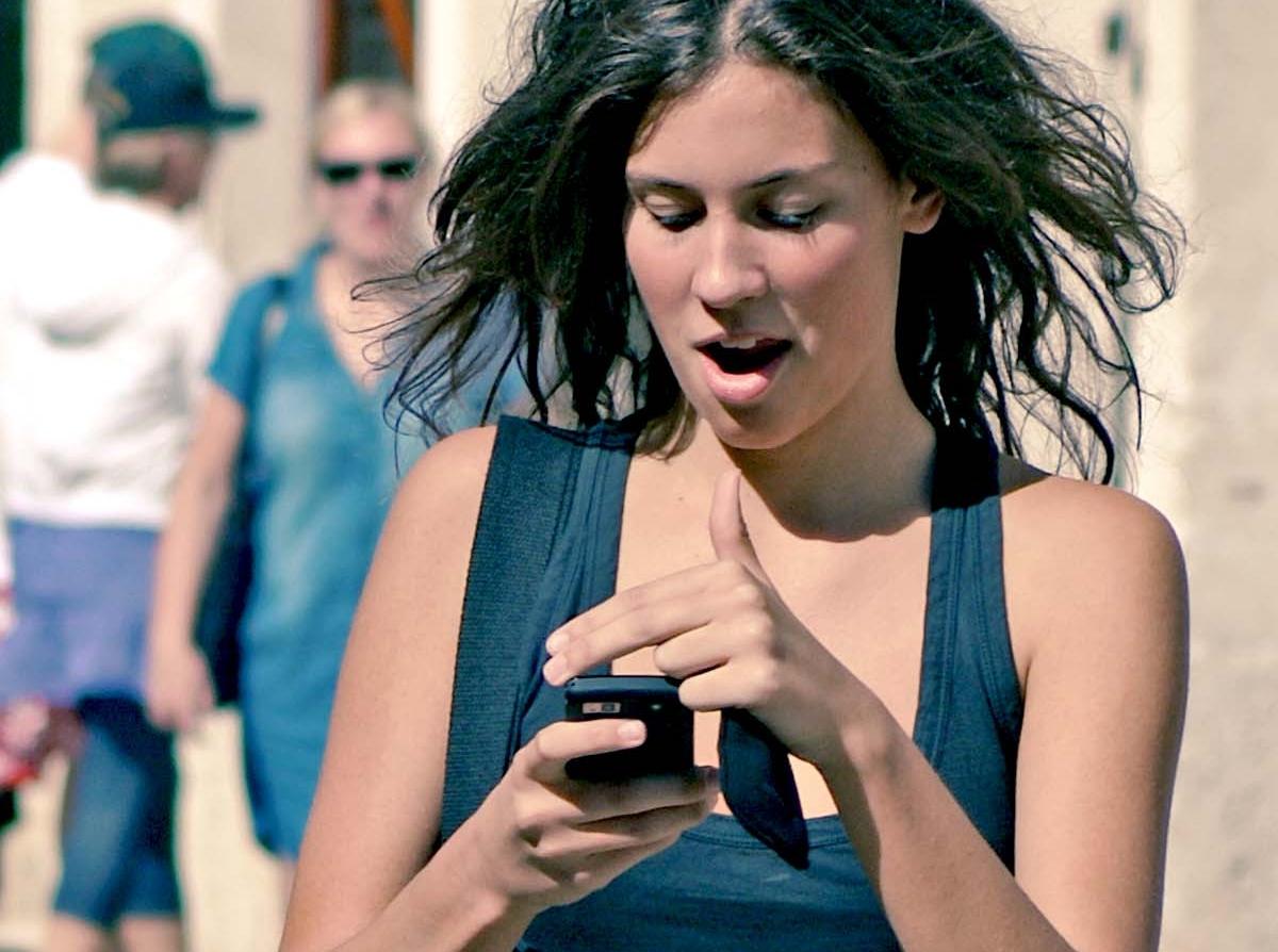 sociální sítě - mobil - mobily - žena s mobilem - dívka.jpg