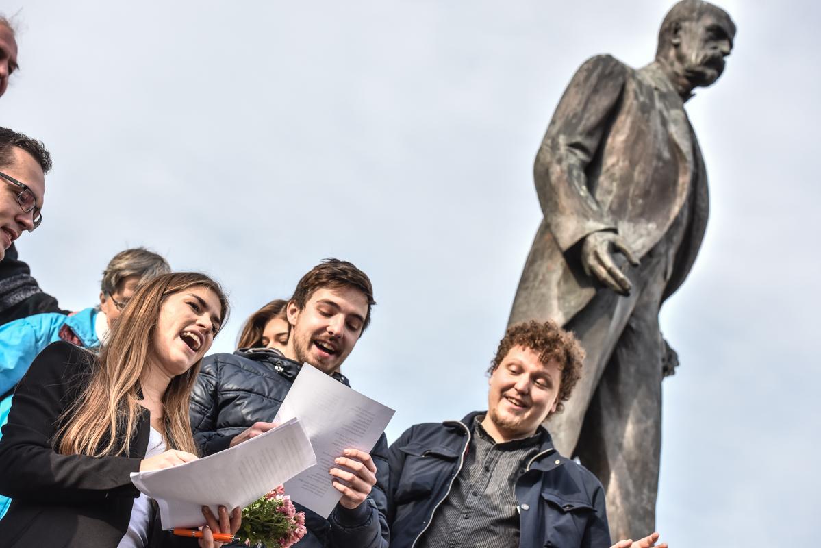Akademici a studenti položili květiny u sochy TGM na Hradě