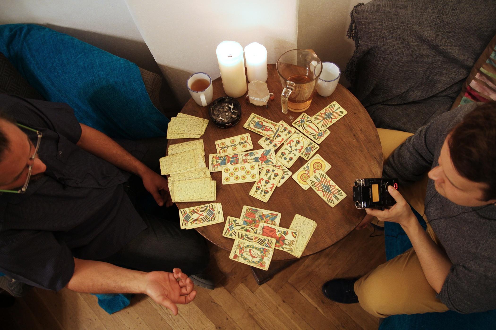 Petr Bouška si nechává vykládat karty od Janka Šmejkala