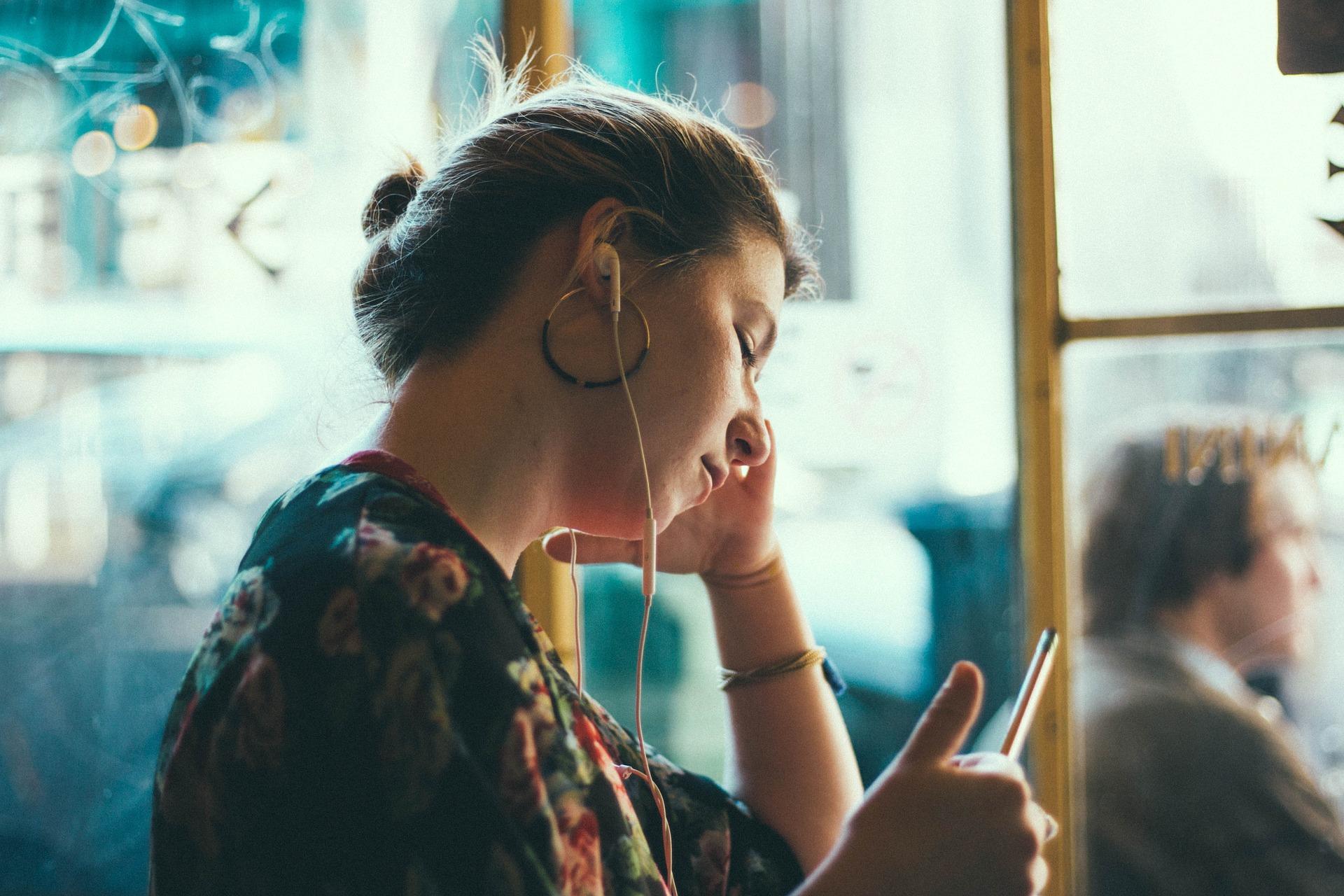 Dívka - mileniálka - poslech hudby - hudba - holka