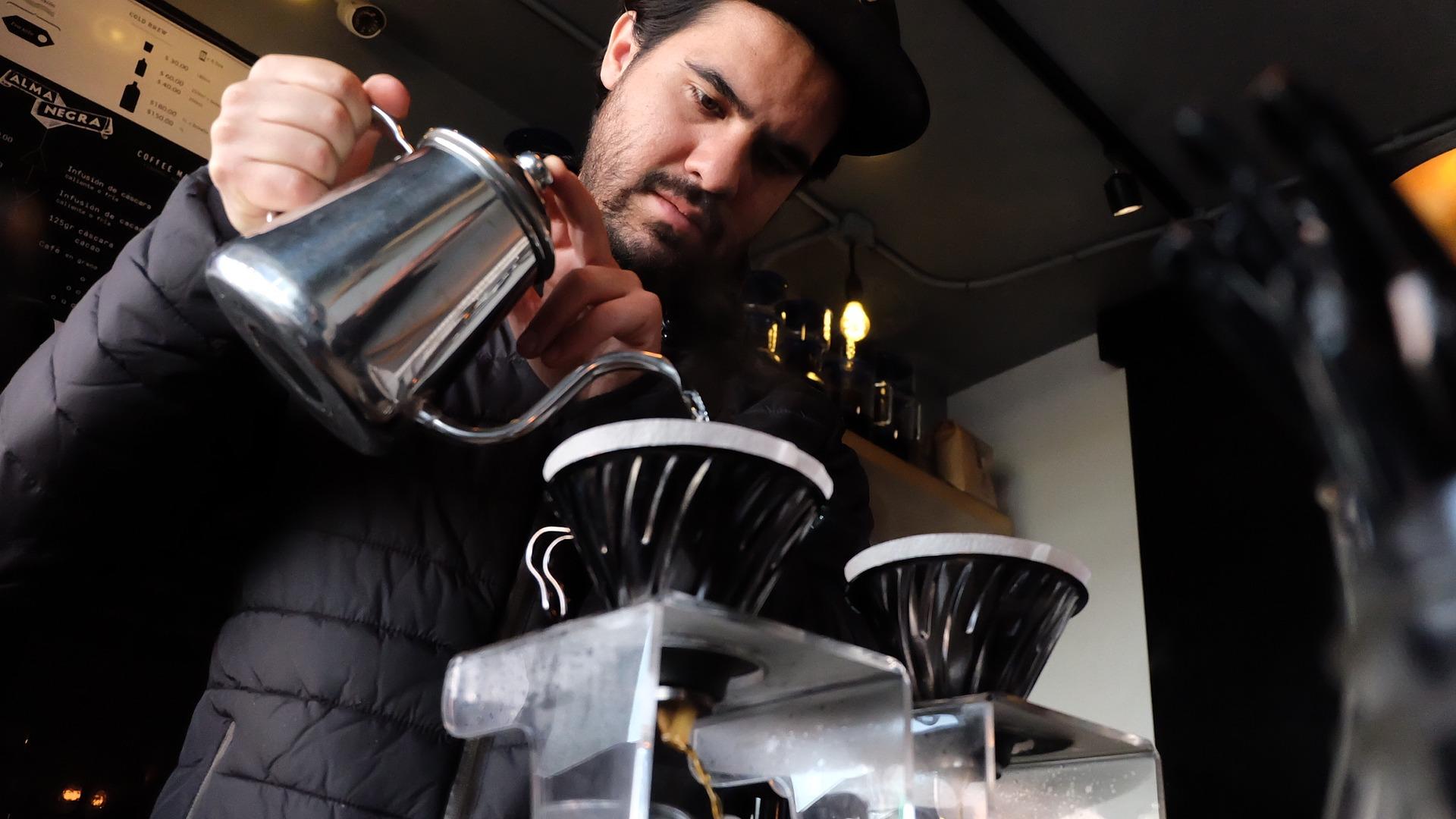 Barista - příprava kávy - káva