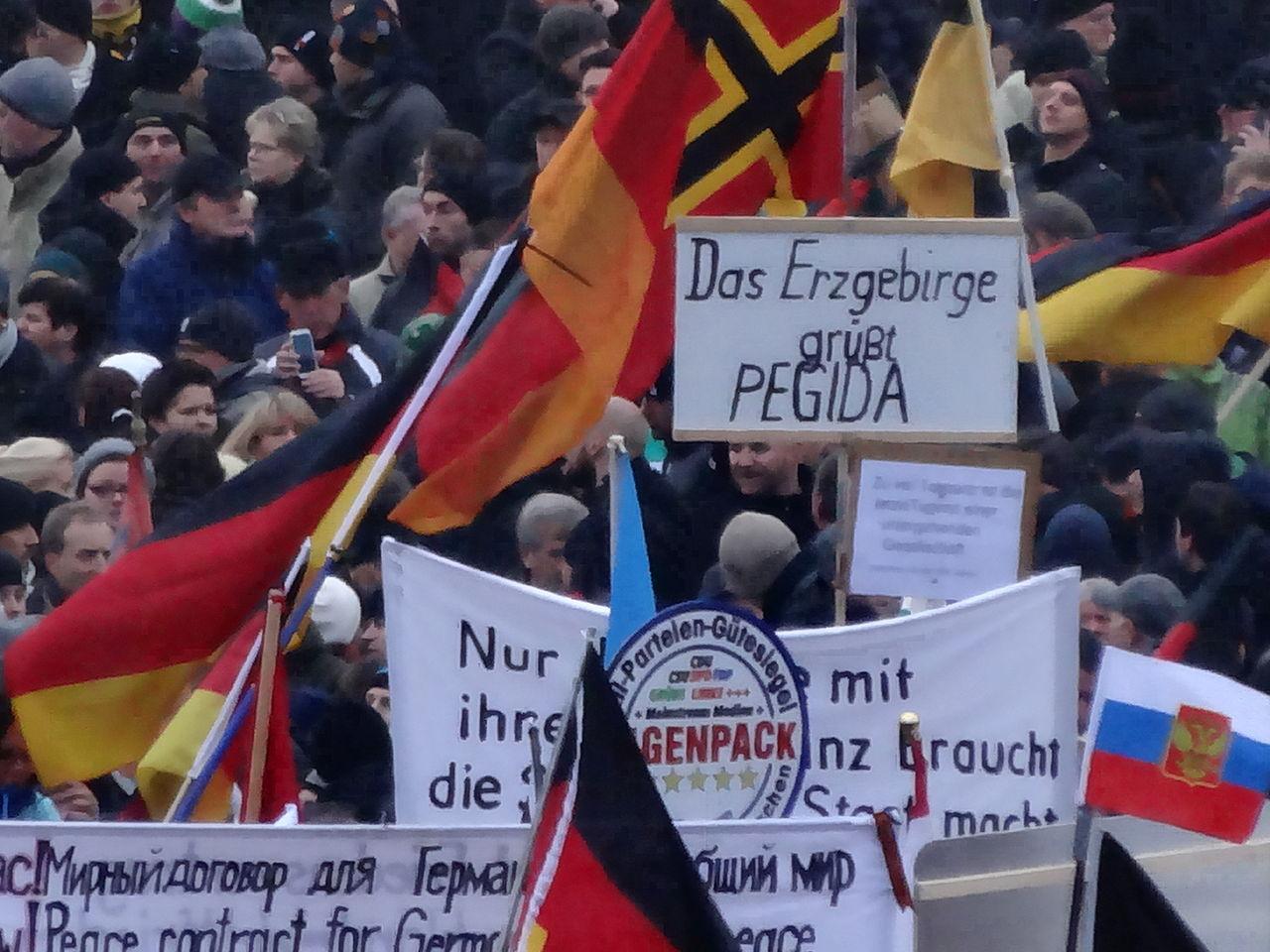 24b406c9a314 Němečtí umělci nachystali past na neonacisty. Ti se sami prozradili ...