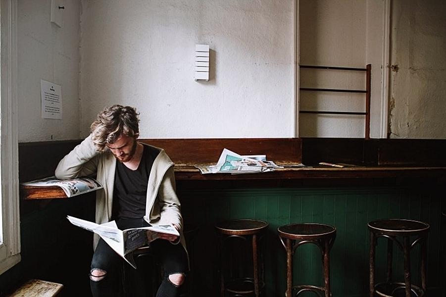 smutek - noviny - starý bar