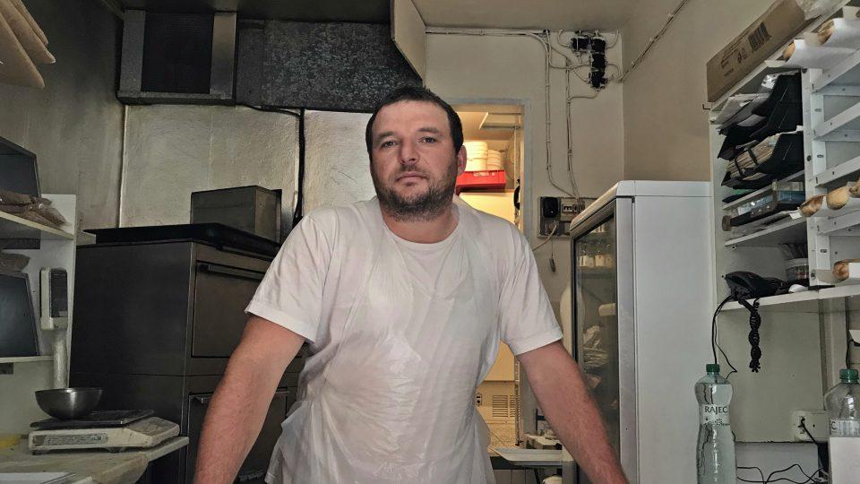 Nejvyhlášenější štrůdly v Praze peče pan Barák v žižkovském paneláku
