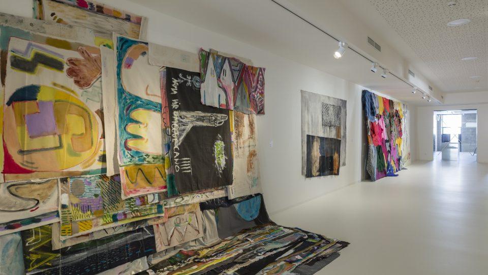 Z výstavy Pocta suknu: Textil v kontextu umění