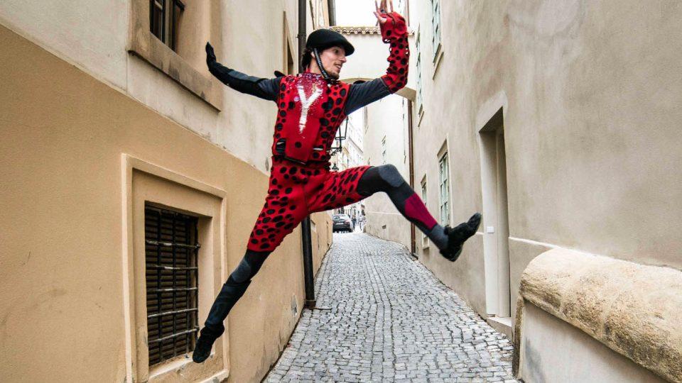 Ufon tančí v ulicích Prahy