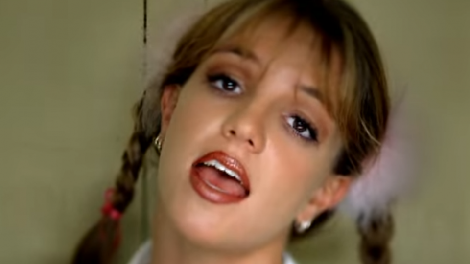 Britney Spears ve videoklipu k písni ...Baby One More Time