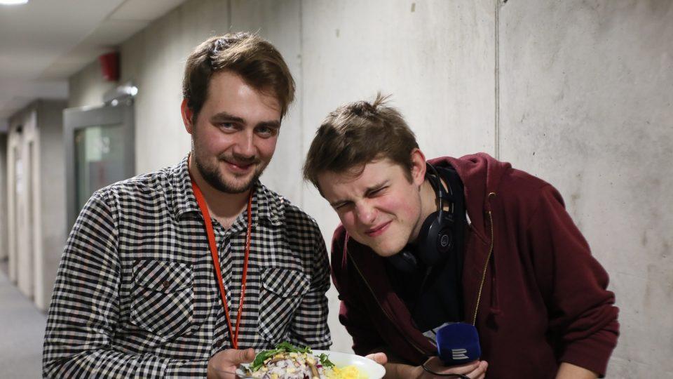 Rafael s kamarádem Tondou Keprtou nafotil nejdřív posh rizoto z trendy restaurace a pak i jakýsi bizarní výtvor z kuchyňky Českého rozhlasu sestávající z náhodných surovin, jejichž cena osciluje kolem třiceti korun