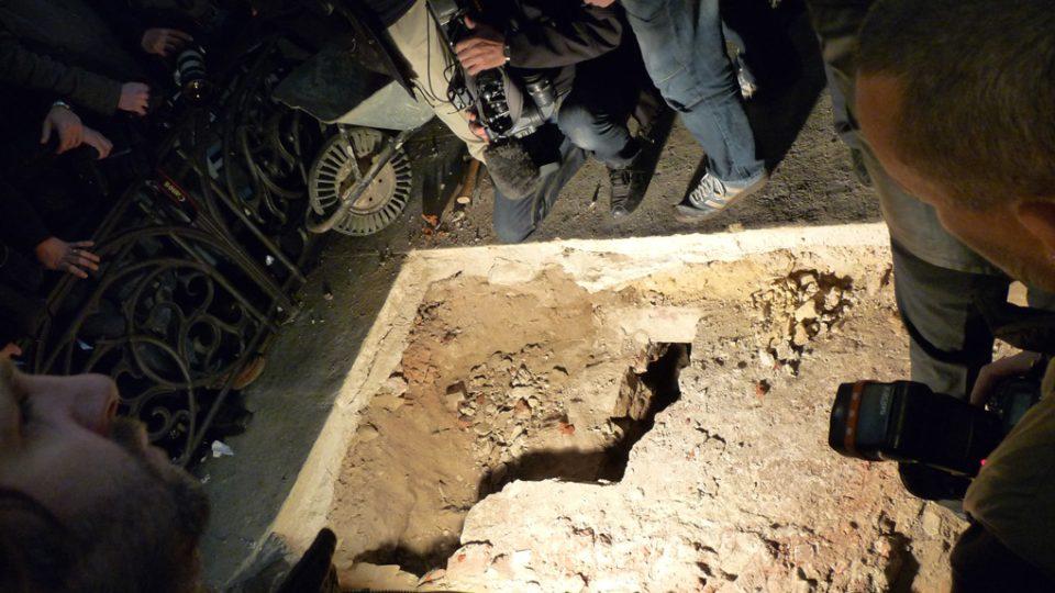 Aby rakev mohla být vyjmuta, musela být hrobka rozkopána