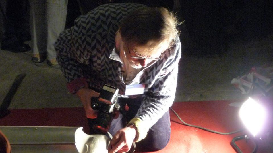 Šéfarcheolog Jens Vellev s cínovou rakví Tychona Braha
