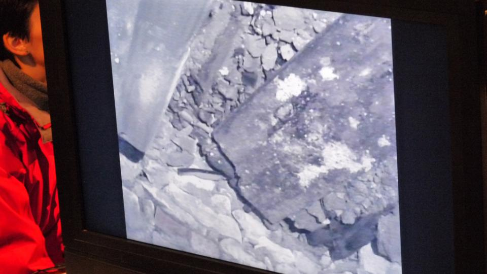 Záběry z kamerové sondy (rakev Tychona a jeho ženy Kirsten)