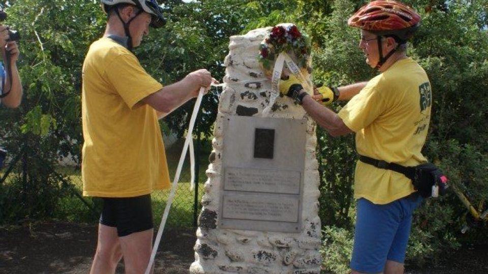 Slavnostni akt pokladání věnce k pomníku M. R. Štefánika na vrchu Faiere v hlavním městě Fr. Polynésiie v Papeete stefanika