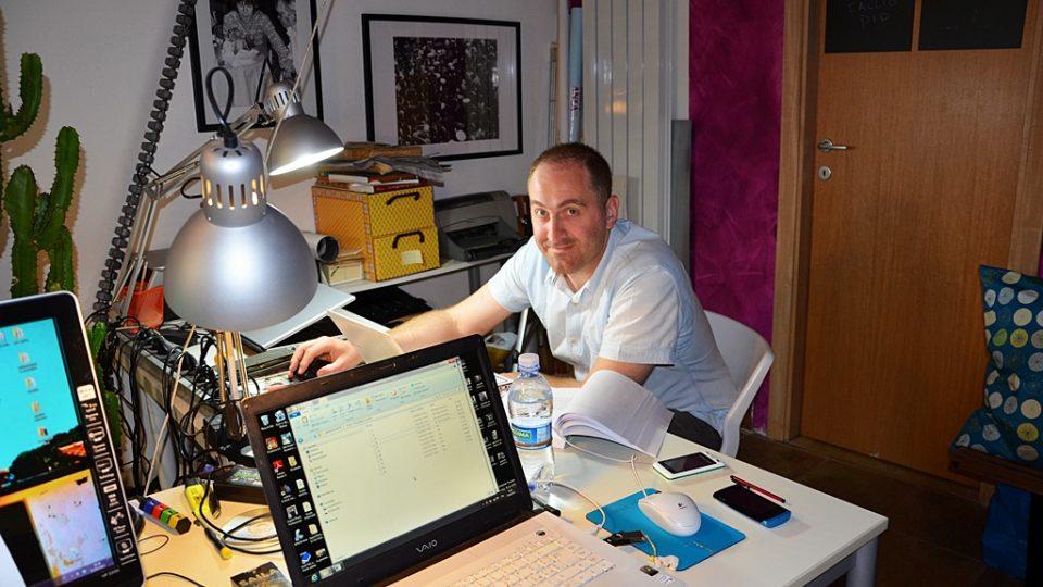 Šťastně zaměstnaný Santino, 35 let, na svém pracovišti v Římě