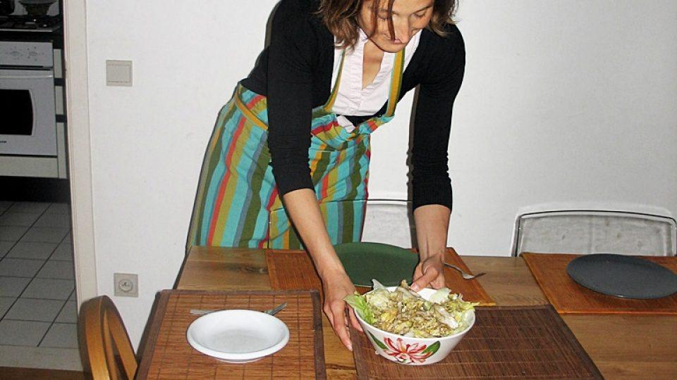 Elen Višnarová chystá večeři