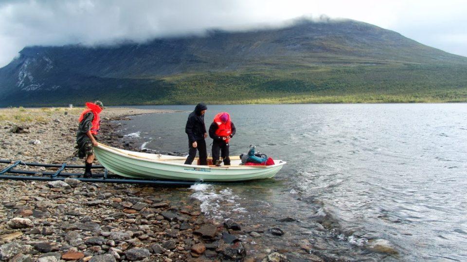 Teusajaure. Jezero se překonává na veslicích, na každém břehu musí zůstat vždy minimálně jedna ze tří lodí