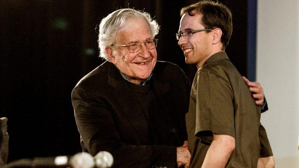 Noam Chomsky s Martinem Škabrahou během diskuse na Univerzitě Palackého v Olomouci