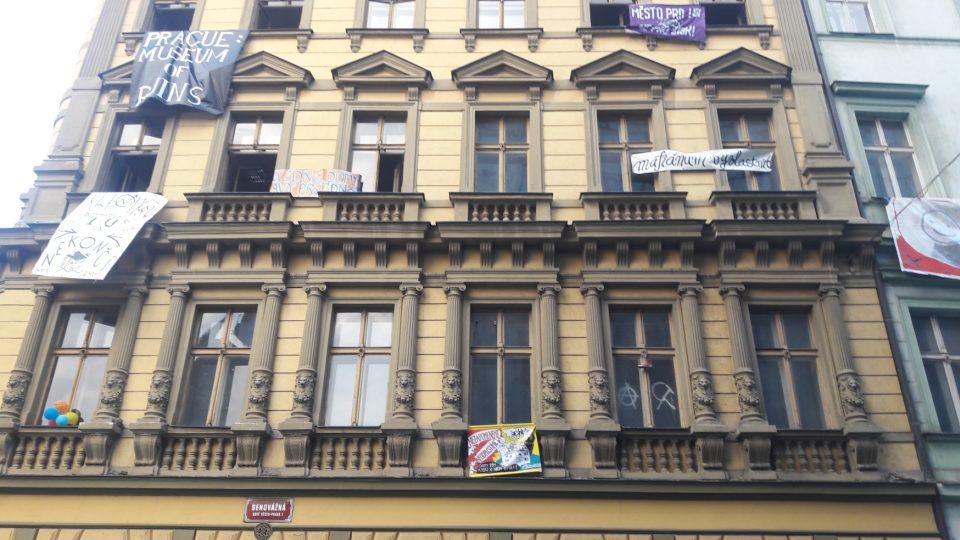 Squatteři před bytovým domem na Hybernské ulici