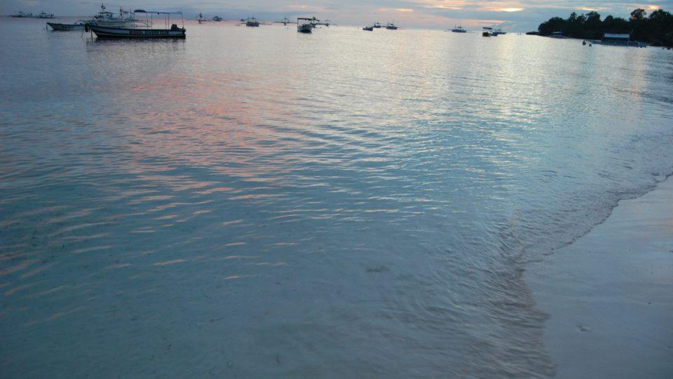 Pláže na nedalekém Panglau