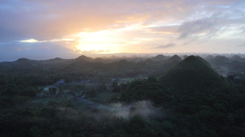 Východ slunce v Čokoládových kopcích na ostrově Bohol