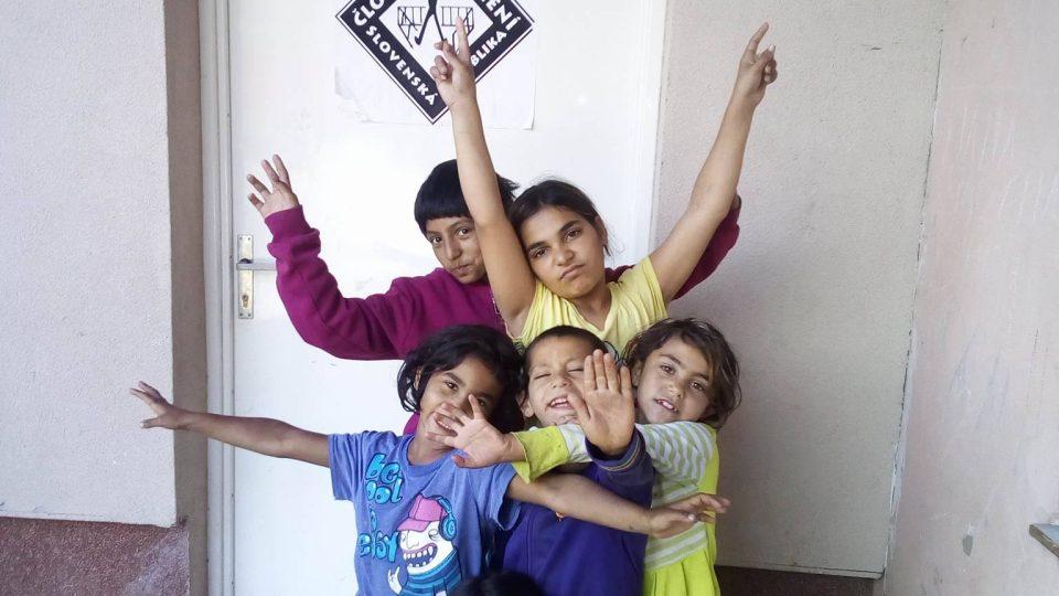 Děti v romské osadě Roškovce mají často problémy s jemnou motorikou ale i vyjadřováním ve slovenštině - doma mluví romsky