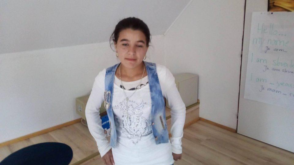 Sedmnáctiletou vychovává babička, matka je hluchoněmá, otce nepoznala, otčíma jí zabili v Čechách při rvačce