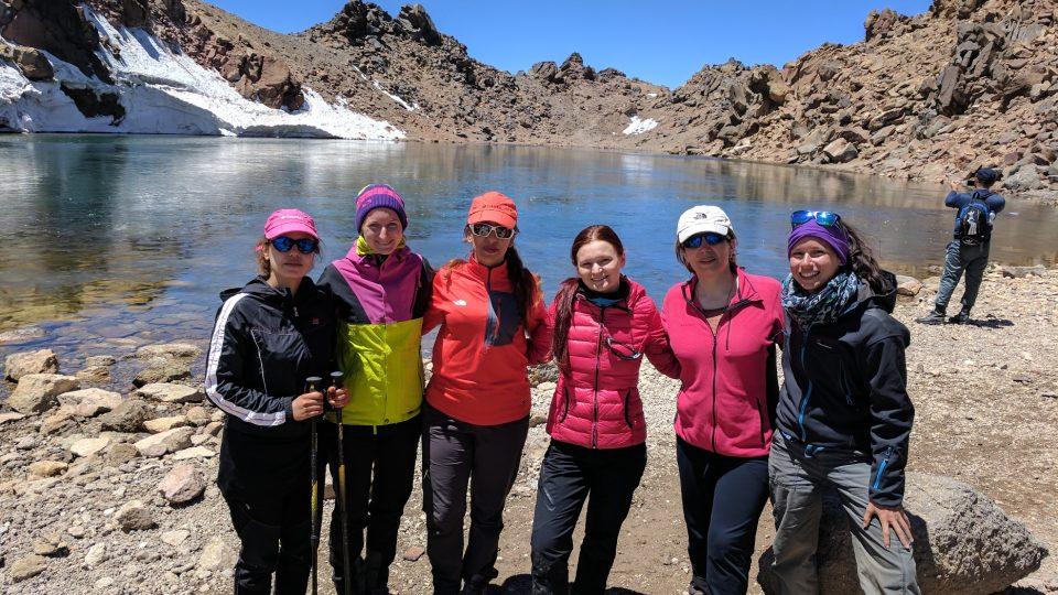 Tady už se šátek nenosí. Vrcholové foto s íránskými horalkami na vrcholu sopky Sabalan (4811 m.n.m.)