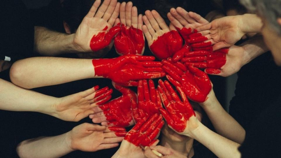 Lidé - ruce - srdce - láska