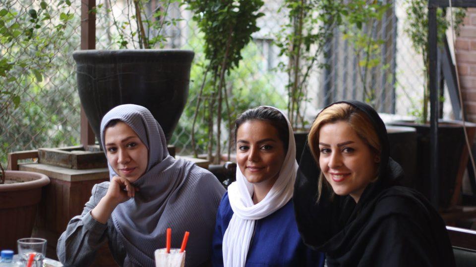 Na kafi v Teheránu. Holky přišly zahalené v čádoru. Na zahrádce kavárny ve vnitrobloku shodily unifikovanou černou