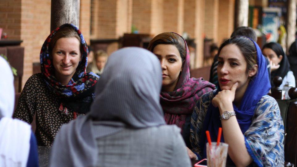 """Debaty nad postavením žen v technických a přírodních oborech. V Íránu je jejich paradoxně mnohem víc, než u nás. """"Chce to čas, počkej jednu dvě generace,"""" myslí si inženýrky z Teheránu"""