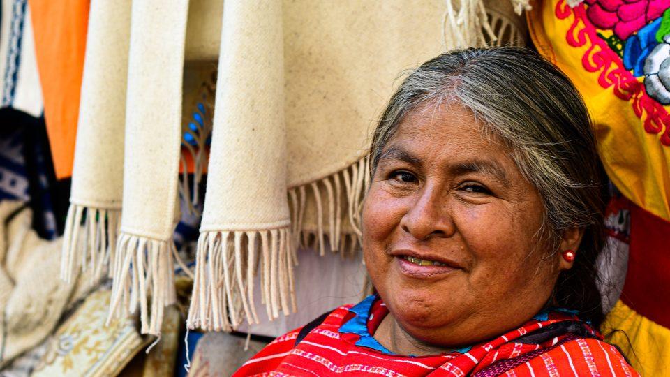 Spolupráce s etnikem Triquis na tématu wipiles – jejich tradičních červených oděvů