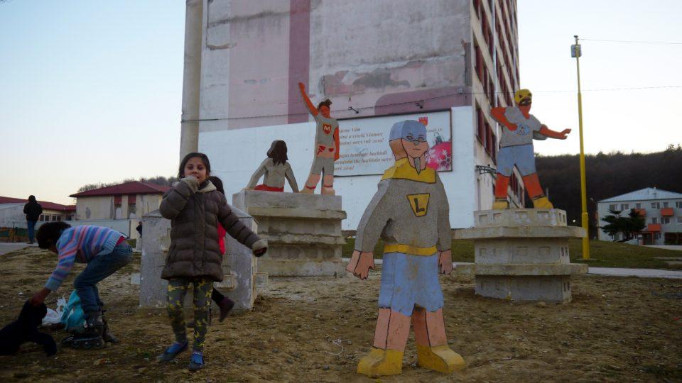 Betonové sousoší superhrdinů na Luníku IX