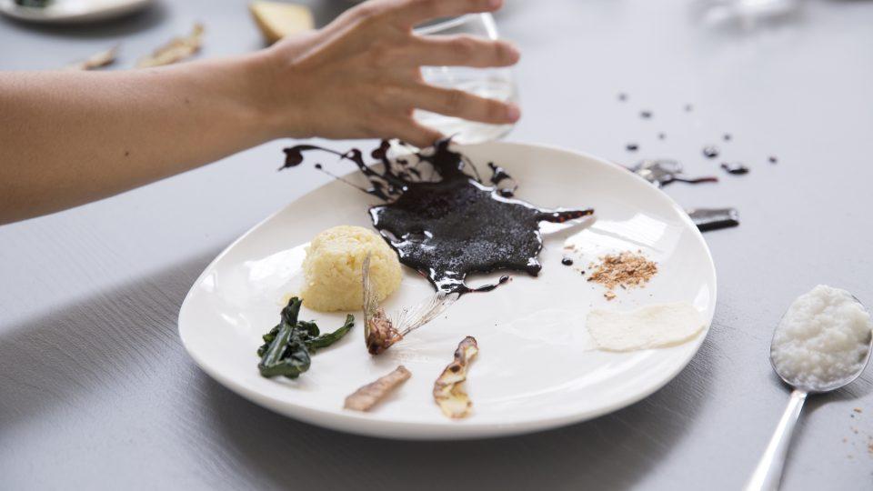 V ostravské galerii Plato proběhla v září performativní ochutnávka pokrmů připravených podle projektu Kuchařka hladu