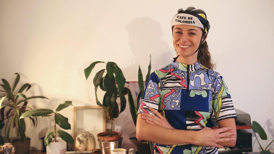 Jana Trávníčková v jednom z outfitů, ve kterém běžně vyráží na kole do ulic