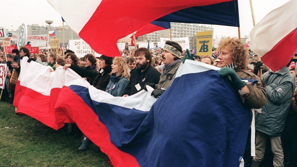Lidé protestují 27. listopadu 1989 za svobodné volby