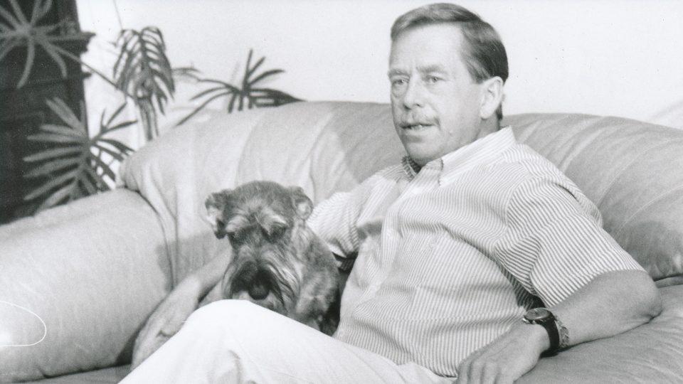 Václav Havel se svým psem Ďulou