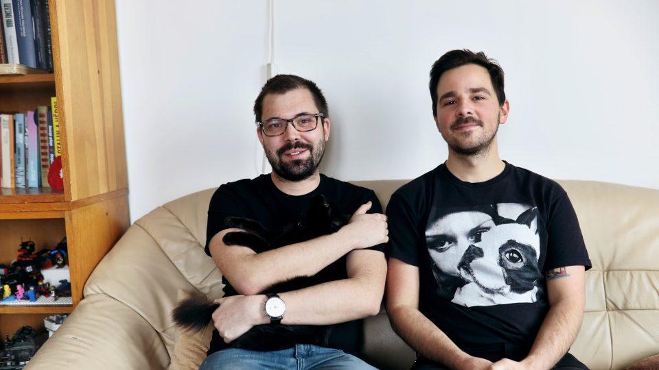 Oba jsou doktorandi na vysoké škole, Vojta si přivydělává jako knihovník a Jakub je loutkoherec