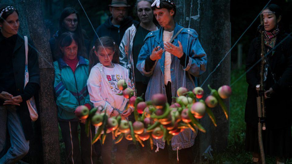 Během obřadu se účastníci sešli ve vnitřním kruhu osmi betonových sloupů, kde hořel oheň, pálily se byliny a Michal Vaľko doprovázel na niněru