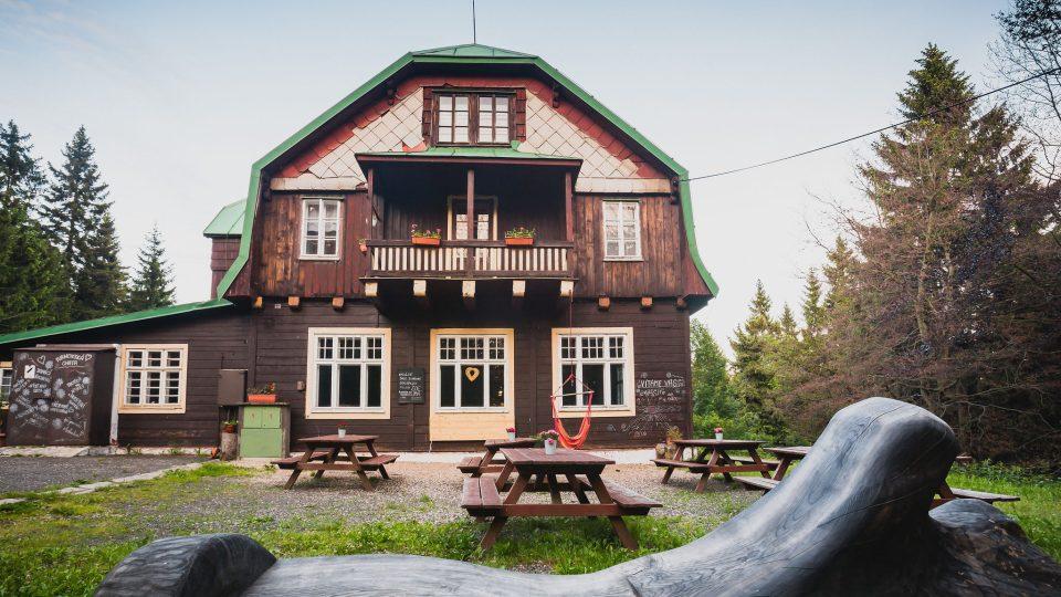 Na pomezí Jizerských hor a Krkonoš, v kraji Járy Cimrmana, deště a mlhy stojí Turnovská chata