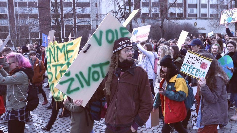 Za klima stávkovaly tisíce studentů v Praze