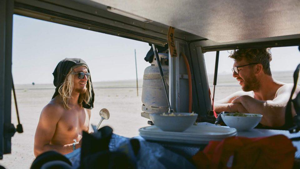 Surfaři v Namibii. Na vlnách, na suchu, na písku