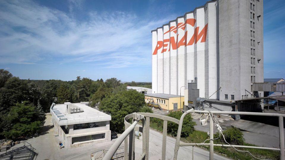 Administrativní budova ve Strančicích architekta Davida Krause vypadá jako odlitá z jednoho kusu betonu