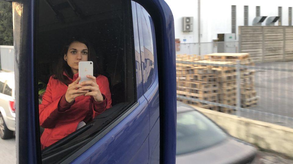Kristýna Břeská v kamionu během cesty do Itálie
