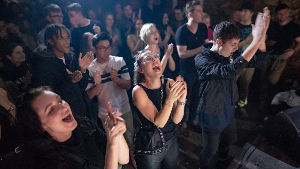 Publikum na křtu EP Phases v pražském Chapeau Rouge