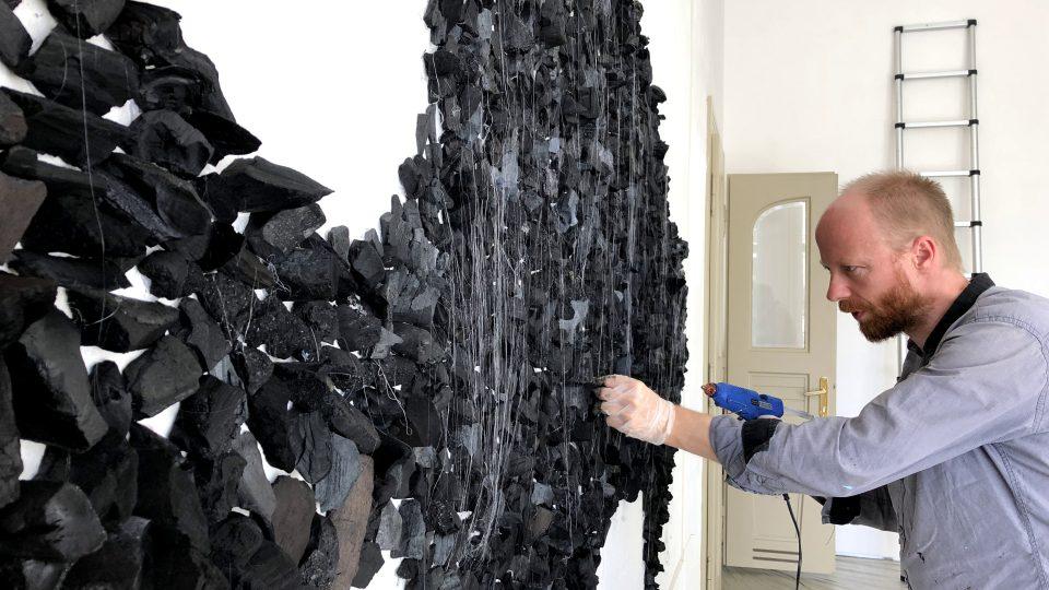 KRAJINOW!: Patrik Hábl instaluje výstavu Spálená země