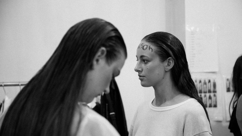 Modely Denisy Nové v backstage přehlídky na Brno Design Days