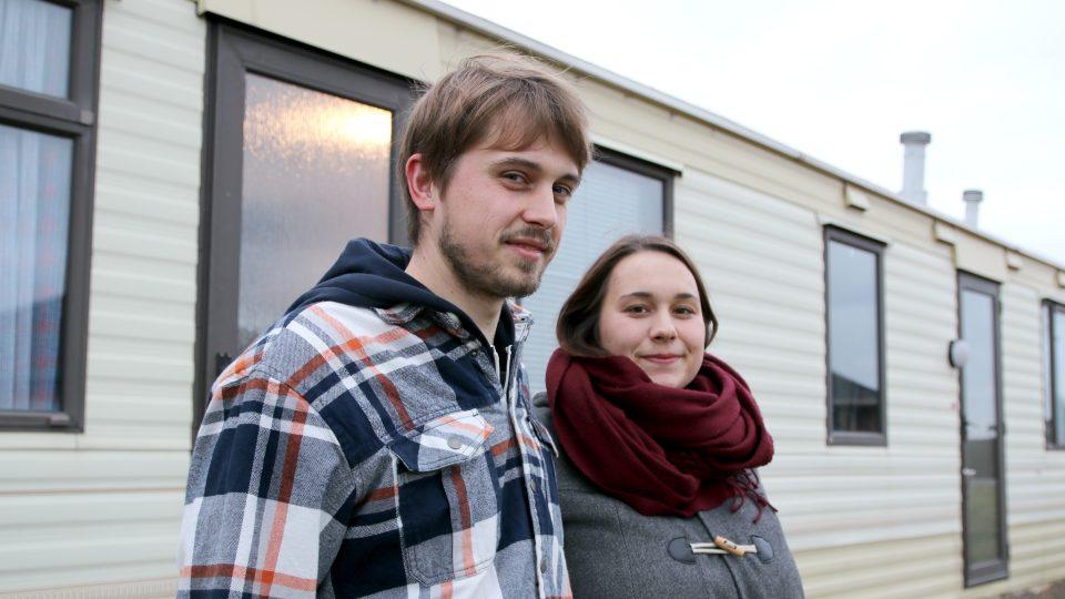 """""""Postavit dům na vesnici je teď nejlevnější varianta, jak bydlet,"""" myslí si Anna, která se spolu se svým partnerem usadila v mobilheimu"""