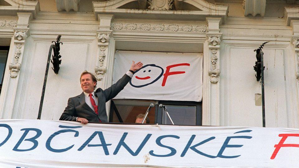 Václav Havel mává 9. června 1990 z balkonu po tom, co Občanské fórum drtivě zvítězilo v prvních svobodných volbách