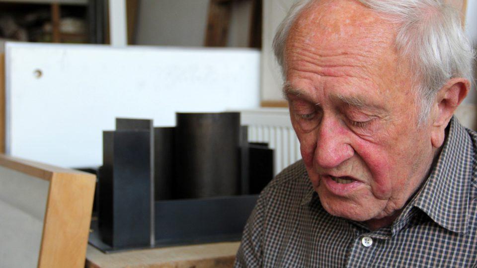 Stanislav Kolíbal ve svém ateliéru v Bubenči