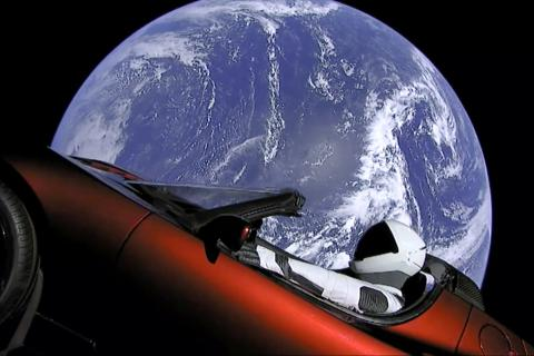 Tesla ve vesmíru (Falcon Heavy)